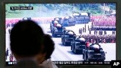 북한이 무수단 탄도미사일 두 발을 발사한 22일, 한국 서울역에 설치된 TV에 관련 보도가 나오고 있다.