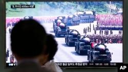 Des images télévisées à la gare de Séoul en Corée du Sud signalant un tir de missiles de la Corée du Nord le 22 juin 2016.