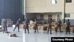 Бразильские солдаты складируют предоставленную США помощь для Венесуэлы