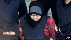 Siti Aisyah dikawal polisi saat meninggalkan persidangan di Pengadilan Tinggi Shah Alam di Shah Alam, Malaysia, 22 Maret 2018. Siti Aisyah dan Doan Thi Huong dari Vietnam dituduh membunuh Kim Jong Nam pada 13 Februari 2017. Kim Jong Nam adalah saudara tiri pemimpin Korea Utara Kim Jong Un.