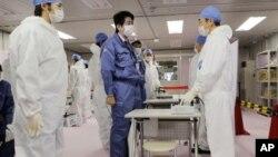 Novi japanski premijer Šinzo Abe tokom obilaska nuklearne elektrane Fukušima