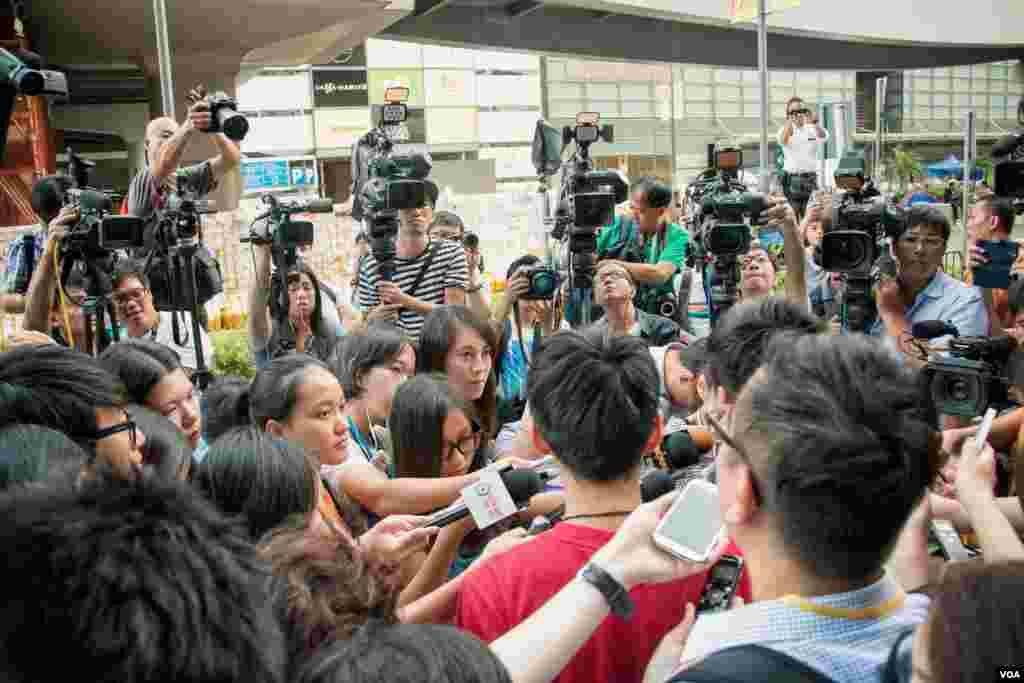 虽说占中局面趋于平稳,但大量记者仍然留守,等候特区政府与学生开展对话 (美国之音方正拍摄)