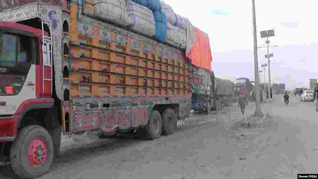 سرحدی راستے کھلنے کے بعد ایک ماہ سے زائد عرصے سے پھنسے ٹرک اور کنٹینروں کو بھی سرحد کے آر پار آنے جانے کی اجازت دی گئی۔
