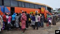 Người dân xếp hàng lên xe chạy trốn cuộc tấn công của Boko Haram ở Bama và các khu vực khác của Maiduguri, Nigeria, ngày 8/9/2014.