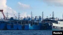 Tàu Trung quốc, được tin là do dân quân biển TQ điều khiển, tại Đá Ba Đầu, Biển Đông, ngày 27/3/2021.Ảnh do Lực lượng Tuần duyên Philippines cung cấp. Philippine Coast Guard/National Task Force-West Philippine Sea/Handout via REUTERS