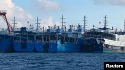 菲律宾方面发布照片:众多中国船只停泊在南中国海有争议的牛轭礁附近。(2021年3月27日)