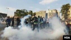 La policía arremetió contra los manifestantes con gases lacrimógenos y balas de goma.