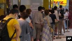 2020年6月1日人们在香港敦豪快递商店外排队向英国发送文件以申请或续签BNO护照