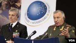 Kepala Staf Militer Rusia, Jenderal Nikolai Makarov (kanan) saat menghadiri pertemuan NATO di Brussels (Mei 2011).