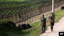 Binh sĩ Nam Triều Tiên tuần tra gần hàng rào quân sự ở Paju, gần biên giới Bắc Triều Tiên.