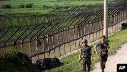 Tentara Korea Selatan berpatroli di sepanjang pagar kawat militer di Paju, dekat perbatasan Korea Utara, Korea Selatan, 30 Juni 2014.