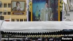 Para pelayat berbaris untuk memberikan penghormatan terakhir kepada almarhum Raja Bhumibol Adulyadej di dekat Grand Palace di Bangkok, Thailand, 24 September 2017. (Foto: dok).