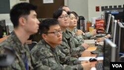 Vojnici koji učestvuju u vojnoj vežbi sa američkim snagama