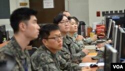 Južnokorejski vojnici u centru za kompjutersko simuliranje