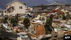 Các đoàn cứu trợ quốc tế và binh sĩ Nhật Bản vẫn đào bới đống đổ nát để tìm xác người