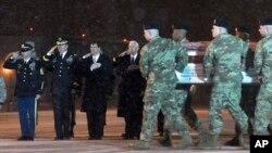 El vicepresidente de EE.UU. Mike Pence (cuarto desde la izquierda) asistió el miércoles, 3 de enero de 2018, a la base militar en Dover, Delaware, a recibir los restos del soldado estadounidense Mihail Golin muerto en Afgansitán.