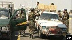 Des agents de sécurité yéménites déployés à Aden, en juin 2010, après une attaque de militants présumés d'al-Qaida