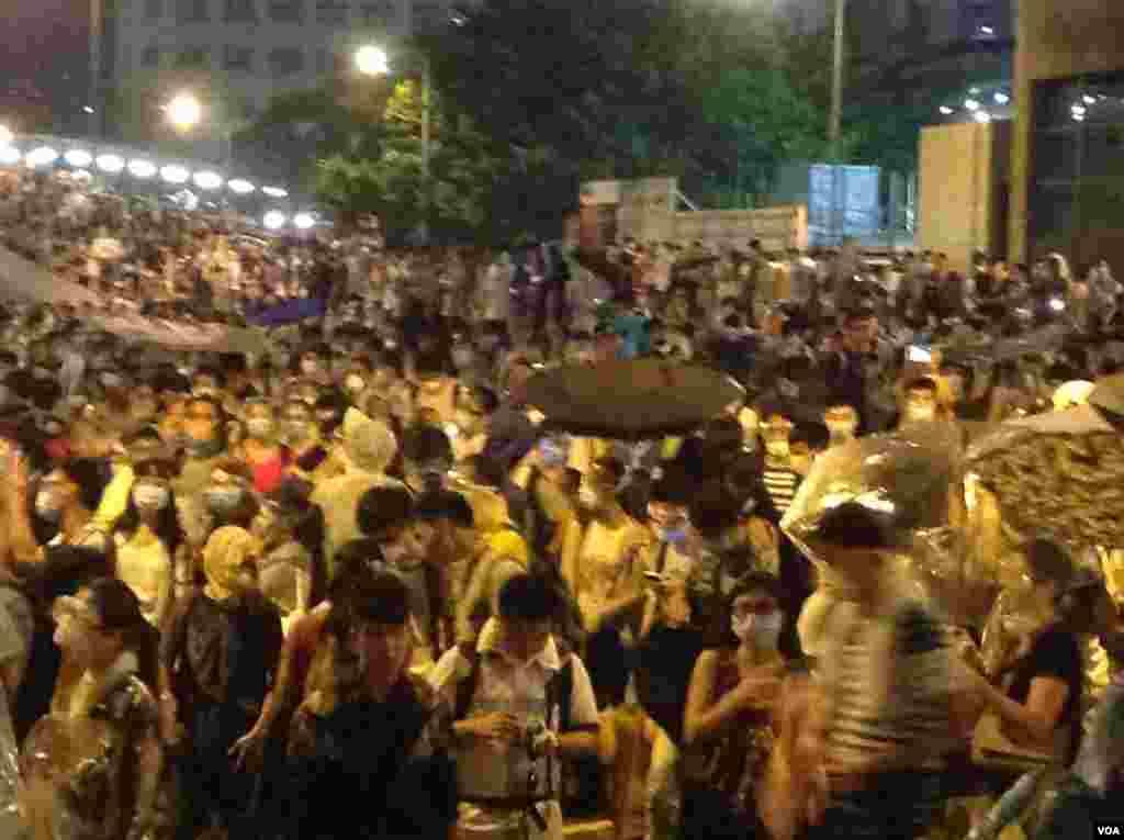 星期一凌晨金鐘附近仍有數萬市民學生堅守(美國之音海彥拍攝)