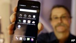 암호화 앱을 설치한 휴대전화 (자료사진)