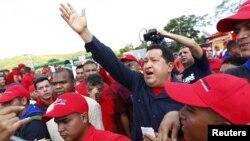 Chávez les dijo a los ricos venezolanos que a la hora de votar lo piensen bien.