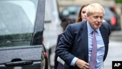 보수당 경선에서 압도적 선두를 달리고 있는 보리스 존슨 전 외무장관이 18일 토론 TV 프로그램에 참석하기 위해 차에서 내리고 있다.