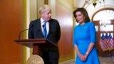 នាយករដ្ឋមន្ត្រីចក្រភពអង់គ្លេសលោក Boris Johnson ត្រូវបានស្វាគមន៍ដោយប្រធានរដ្ឋសភាសហរដ្ឋអាមេរិកអ្នកស្រី Nancy Pelosi កាលពីថ្ងៃទី២២ ខែកញ្ញា ឆ្នាំ២០២១ នៅឯវិមានសភាសហរដ្ឋអាមេរិក។ (AP Photo/J. Scott Applewhite)