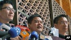 民进党发言人梁文杰(左)、庄瑞雄(中)、律师徐国勇(右)按铃控告总统马英九