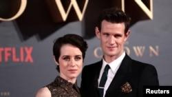 """Archivo -Los actores principales de las dos primeras temporadas de """"The Crown"""", Claire Foy y Matt Smith, asisten a una premiere de la serie en Londres. Noviembre 21, 2017."""