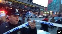 Polisi mengamankan lokasi setelah ledakan dekat terminal bus Port Authority, tak jauh dari Times Square di Manhattan, New York hari Senin (11/12).