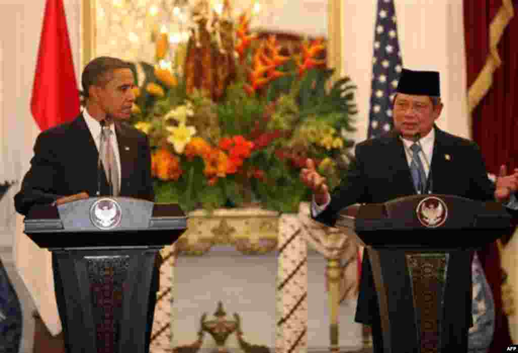 U.S. President Barack Obama, left, and Indonesian President Susilo Bambang Yudhoyono, right, talk to journalists during a join press conference at the Presidential Palace in Jakarta, Indonesia on Tuesday November 9, 2010. (AP Photo/Adi Weda, Pool)