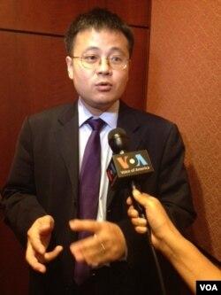 《中国聚焦》杂志的资深研究员丁力接受美国之音采访(美国之音方方拍摄)