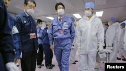جاپان کے وزیر اعظم شیزو ابیے فوکو شیما جوہری بجلی گھر کا دورہ کررہے ہیں۔ 29 دسمبر 2012