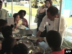 Kuvar pokazuje deci kako se od pšenice prave slatke korpice