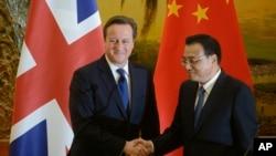 英国首相卡梅伦(左)和中国总理李克强12月2日在人民大会堂举行联合新闻发布会时握手。
