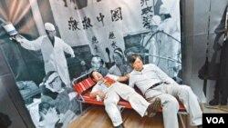 苹果日报图片 支联会主席何俊仁(左)和秘书李卓人体验