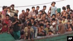 Thuyền nhân người Rohingya chờ được giải cứu ngoài khơi Đông Aceh, Indonesia.
