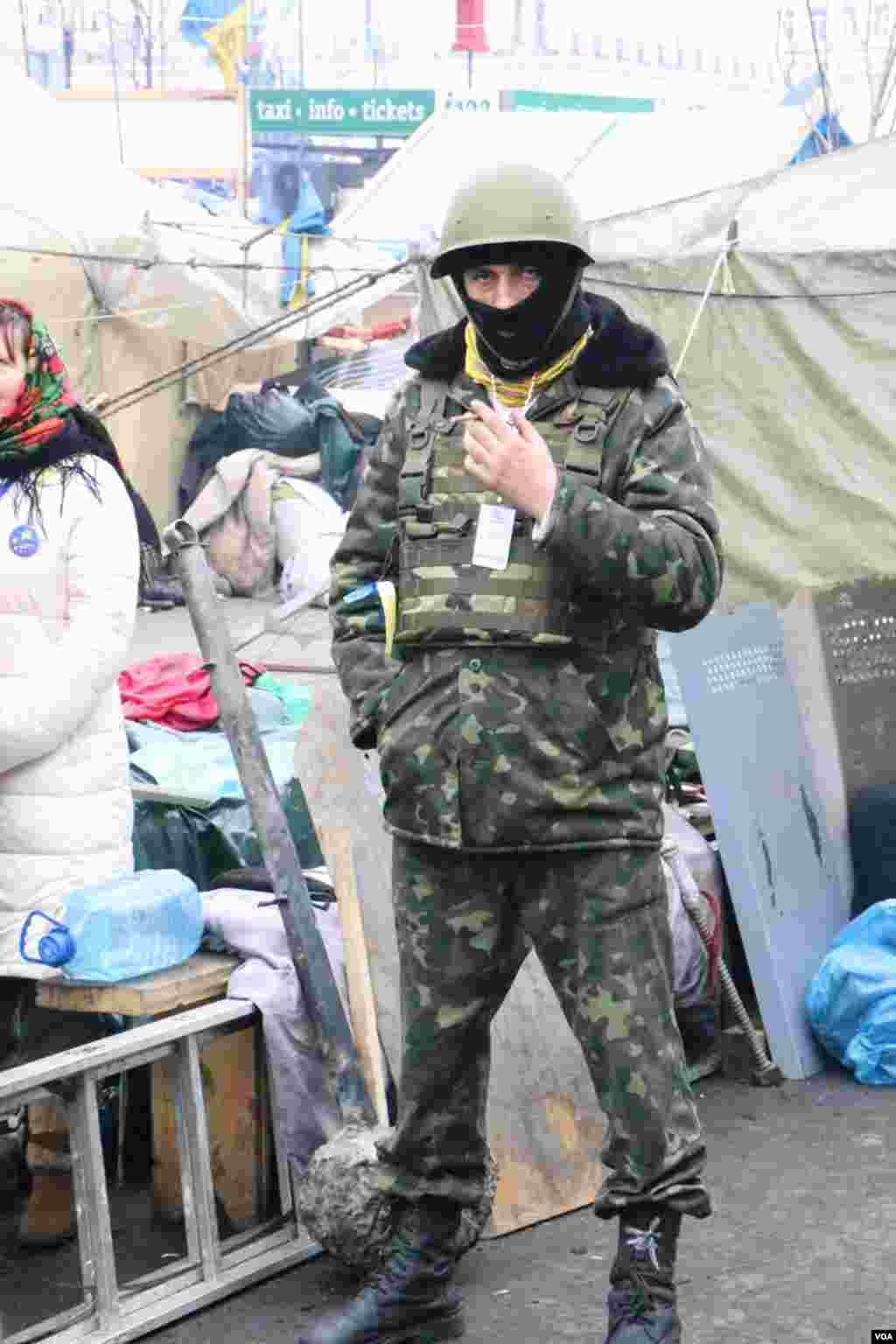 Перемирие между властью и оппозицией не затронуло количество представителей самообороны палаточного лагеря противников политики президента Виктора Януковича.