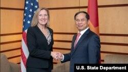 Thứ trưởng Ngoại giao Hoa Kỳ chuyên trách về Kiểm soát Vũ khí và An ninh Quốc tế, bà Andrea L. Thompson, và Thứ trưởng Ngoại giao Việt Nam Bùi Thanh Sơn hôm 25/3.