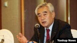 조정원 세계태권도연맹(WTF) 총재가 25일 서울 프레스센터에서 가진 기자간담회에서 국제태권도연맹(ITF) 소속인 북한의 올림픽 출전 방안 등과 관련한 취재진의 질문에 답하고 있다.