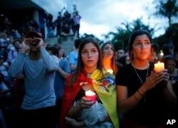 '제헌의회' 선거 반대 시위 도중 숨진 희생자들을 애도하기 위해 31일 수도 카라카스 시민들이 촛불집회를 열고 있다.