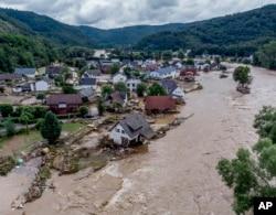 Rumah-rumah rusak akibat banjir di tepi sungai Ahr, Insul, Jerman barat, Kamis, 15 Juli 2021. (AP)