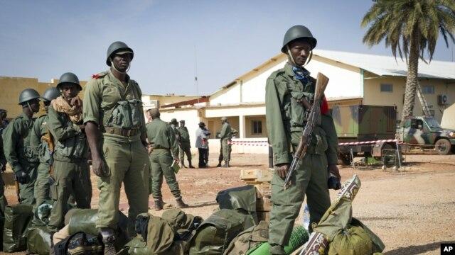 Miembros del ejército de Malí se dirigen al pueblo de Tombuctú con el apoyo de Francia para enfrentar a los extremistas.