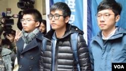 """香港""""双学三子"""" 黄之锋、周永康和罗冠聪(左起)在终审法院外面见媒体 - 美国之音图片/汤惠芸摄"""