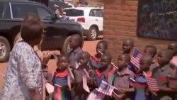 Melania Trump visite une école au Malawi (vidéo)