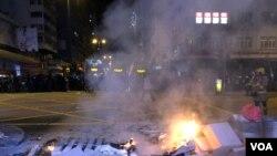 有示威者9月6日晚在旺角、油麻地街頭設路障堵路示威及焚燒雜物。(美國之音 湯惠芸拍攝)