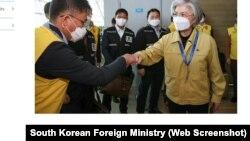 """Ngoại trưởng Hàn Quốc Kang Kyung-wha tiễn 12 thành viên của các """"nhóm phản ứng nhanh"""" đi Việt Nam."""