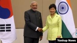 박근혜 한국 대통령(오른쪽)과 나렌드라 모디 인도 총리가 12일 미얀마 국제회의센터에서 열린 한-인도 정상회담에서 악수하고 있다.