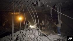 利比亚官员带媒体成员观看的黎波里一所据称被北约空袭击中的房屋