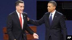 El republicano Mitt Romney y el presidente Barack Obama sonríen luego del primer debate presidencial, en la Universidad de Denver.