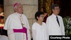2016年8月16日,台湾副总统(右一)与夫人在美洲大教堂参加多米尼共和国总统梅迪纳的就职典礼。陈建仁本人是一位虔诚的天主教徒。(台湾总统府提供)
